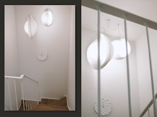 Klatka schodowa: biel i dąb SZARA / studio Schody Drewno Biały