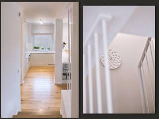 Klatka schodowa: biel i dąb od SZARA / studio Nowoczesny
