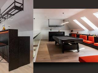 Piętro domu na planie otwartym – pokój rozrywkowy i gabinet właściciela SZARA / studio Nowoczesny salon Płyta OSB O efekcie drewna