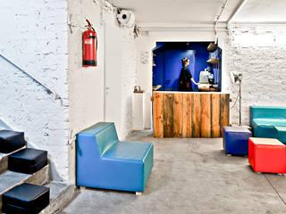 Adaptacja schronu na lokal klubowy. Projekt wnętrza i wyposażenia klubu: wystroju, unikalnych mebli i oświetlenia od SZARA / studio Minimalistyczny