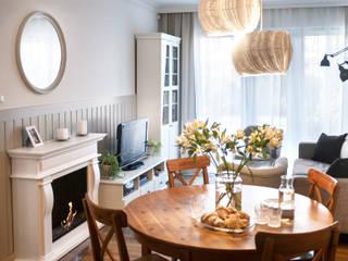 Mieszkanie w stylu angielskim SZARA / studio Klasyczny salon Drewno Beżowy