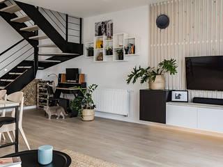 Wnętrze domu w bieli, grafice i drewnie – salon SZARA / studio Nowoczesny salon O efekcie drewna