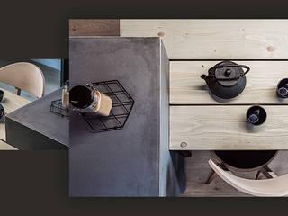 Wnętrze domu w bieli, grafice i drewnie – kuchnia SZARA / studio Aneks kuchenny O efekcie drewna