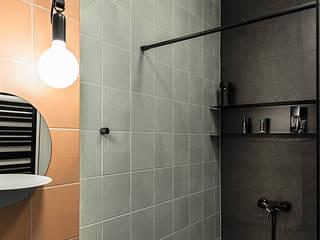 Wnętrze domu w bieli, grafice i drewnie – łazienka dla gości SZARA / studio Nowoczesna łazienka Wielokolorowy