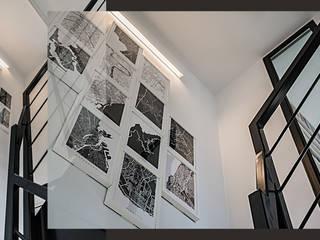 Wnętrze domu w bieli, grafice i drewnie – schody, sypialnia i łazienka SZARA / studio Schody Biały