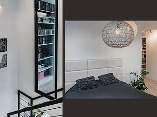Wnętrze domu w bieli, grafice i drewnie – schody, sypialnia i łazienka SZARA / studio Nowoczesna sypialnia Biały