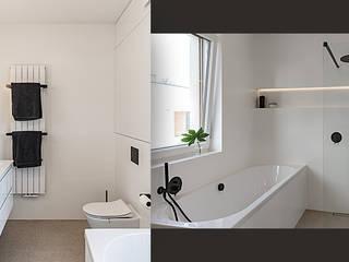 Wnętrze domu w bieli, grafice i drewnie – schody, sypialnia i łazienka SZARA / studio Nowoczesna łazienka Biały
