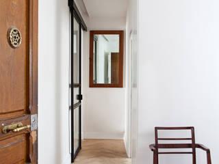 nowheresoon. estudio creativo en madrid Ingresso, Corridoio & Scale in stile minimalista Legno Bianco