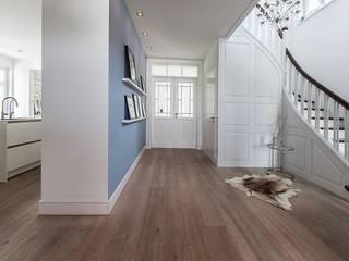 Klassisches Wohnhaus modern formuliert Klassischer Flur, Diele & Treppenhaus von Wechselberger Hiepen GmbH Klassisch