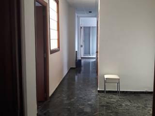 Reforma integral Antes y Después - Calle Garrigues Pasillos, vestíbulos y escaleras de estilo moderno de LCC, Licitaciones y Contrataciones de Construcción Moderno