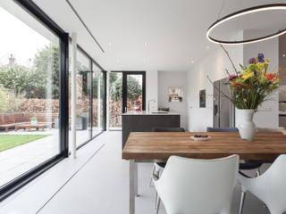 Verbouwing villa Moderne eetkamers van Bob Romijnders Architectuur + Interieur Modern