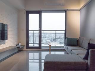 人與光線的親密關係,當陽光不經意的灑落窗前,才發現原來人與光的距離是如此貼近-竹北上選 现代客厅設計點子、靈感 & 圖片 根據 富亞室內裝修設計工程有限公司 現代風