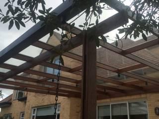 Pergola Metal Madera Balcones y terrazas de estilo moderno de PERGOLAS & PARQUES SAS Moderno