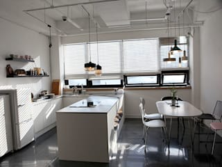 Modern dining room by DB DESIGN Co., LTD. Modern