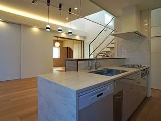 『スキップフロアの暮らしを愉しむ家』 西薗守 住空間設計室 システムキッチン ピンク