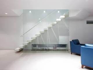 bi-house: 웰하우스종합건축사사무소의  계단