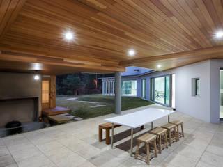 bi-house: 웰하우스종합건축사사무소의  발코니