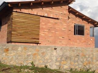 Country style house by Lopez Robayo Arquitectos Country