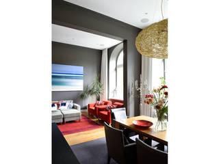 Humor & Alter Neuer Glanz im Umgebauten Bürobau:  Wohnzimmer von Grace&Holmes