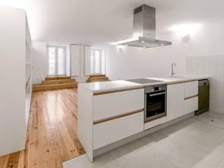 Apartamentos Torrinha: Cozinhas  por Ren Ito Arquiteto,Moderno