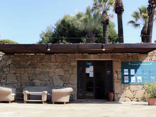 Pergolato acciaio in stile mediterraneo Deltadue Balcone, Veranda & Terrazza in stile mediterraneo