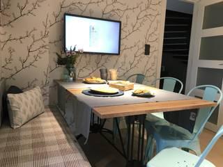 La cocina con office con puerta de granero para despensa. Ismael Blázquez | MTDI ARQUITECTURA E INTERIORISMO Comedores de estilo industrial Madera Azul