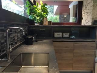 La cocina con office con puerta de granero para despensa. Ismael Blázquez | MTDI ARQUITECTURA E INTERIORISMO Cocinas integrales Madera Gris