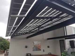 Sistema solar de interconexión a CFE con paneles traslúcidos.: Techos de estilo  por Vumen mx