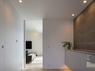 Iwe-house モダンスタイルの 玄関&廊下&階段 の スレッドデザインスタジオ モダン