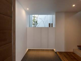 Tnk-house ミニマルスタイルの 玄関&廊下&階段 の スレッドデザインスタジオ ミニマル
