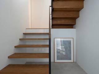 Tnk-house モダンスタイルの 玄関&廊下&階段 の スレッドデザインスタジオ モダン