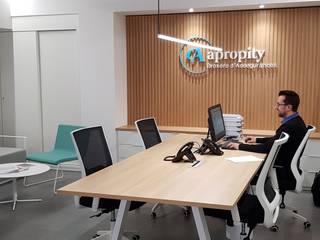 Remodelación de oficinas en Vilassar de Mar Oficinas y tiendas de estilo moderno de Puntdefuga Moderno