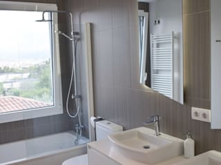Rehabilitación de fachada y reforma de vivienda en Canovellas Bodegas de estilo moderno de Puntdefuga Moderno