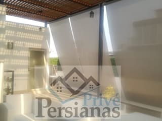 Balcones y terrazas de estilo moderno de PRIVE PERSIANAS Moderno