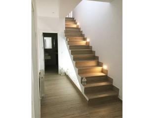 Vivienda rústica Hontanaya : Escaleras de estilo  de Arte y Vida Arquitectura, Rústico