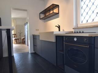 Kleine Küche am Bodensee Minimalistische Küchen von STYLE-interior design, Ganal + Sloma Minimalistisch