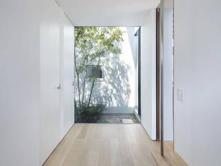 Pasillos, vestíbulos y escaleras de estilo ecléctico de プラスアトリエ一級建築士事務所 Ecléctico