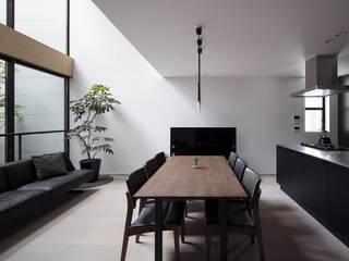 Salas de estilo ecléctico de プラスアトリエ一級建築士事務所 Ecléctico