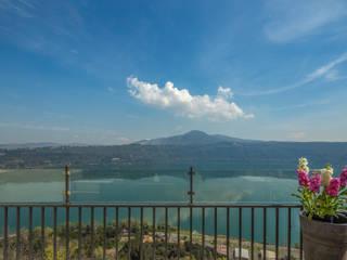 allestimento casa vacanza vista ... lago Balcone, Veranda & Terrazza in stile moderno di 𝗗𝗢𝗠𝗨𝗦𝘁𝗮𝗴𝗶𝗻𝗴 𝑑𝑖 𝑀𝑎𝑟𝑧𝑖𝑎 𝑀𝑜𝑠𝑐𝑎𝑟𝑑𝑖 Moderno