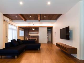 段々天井の家 田中洋平建築設計事務所 モダンデザインの リビング