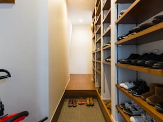 段々天井の家 田中洋平建築設計事務所 モダンスタイルの 玄関&廊下&階段