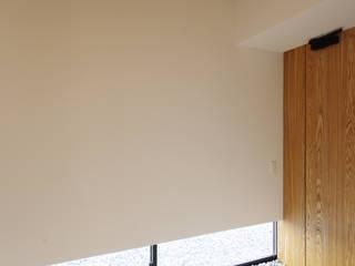Pasillos, vestíbulos y escaleras modernos de 株式会社 空間建築-傳 Moderno