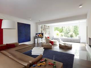 Hochwertige Sanierung und Innenraumgestaltung einer Landhausvilla mit Parkgarten:  Wohnzimmer von CLAUDIA GROTEGUT ARCHITEKTUR + KONZEPT,Modern