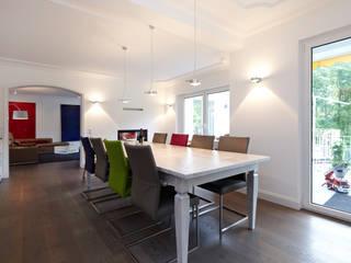 Hochwertige Sanierung und Innenraumgestaltung einer Landhausvilla mit Parkgarten:  Esszimmer von CLAUDIA GROTEGUT ARCHITEKTUR + KONZEPT,Modern