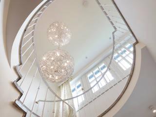 Hochwertige Umgestaltung + Modernisierung einer freistehenden Altbauvilla:  Treppe von CLAUDIA GROTEGUT ARCHITEKTUR + KONZEPT,Klassisch