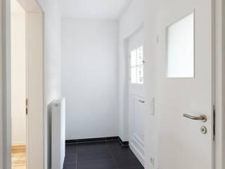 Altbausanierung | Umgestaltung und Modernisierung einer Doppelhaushälfte:  Flur & Diele von CLAUDIA GROTEGUT ARCHITEKTUR + KONZEPT,Modern