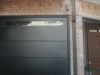 FAMILY HOUSE: Puertas de entrada de estilo  por GR Arquitectura