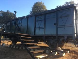 Vagon de mercancias, restaurado y acondicionado como alojamiento.: Locales gastronómicos de estilo  de Wagonstill,