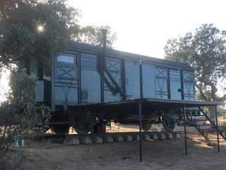 Vagon de mercancias, restaurado y acondicionado como alojamiento.: Hoteles de estilo  de Wagonstill,