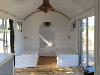 Vagon de mercancias, restaurado y acondicionado como alojamiento.: Espacios comerciales de estilo  de Wagonstill,
